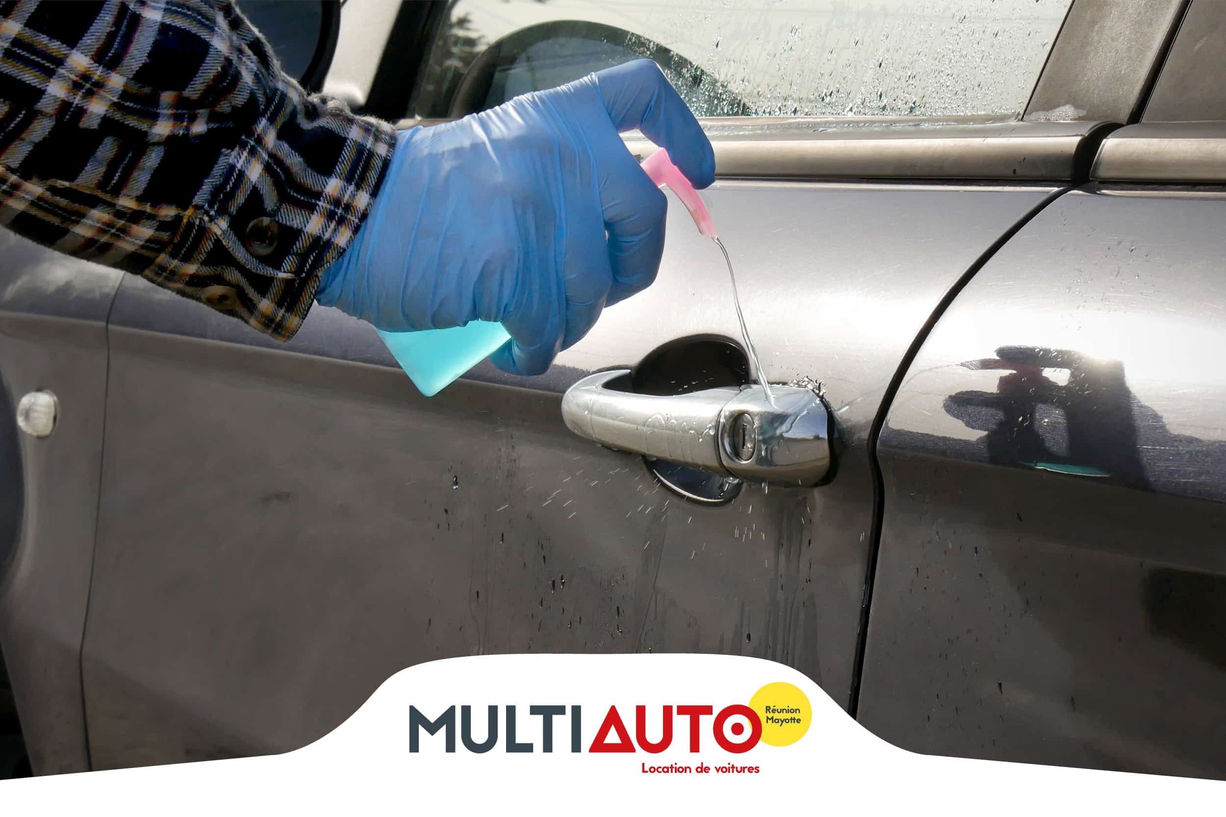 Cleaning car handles with Multi Auto Réunion